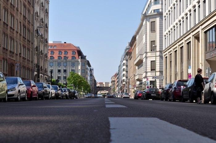 berlinerumschau-fluesterasphalt-leise-bvg-gleise-straße-berlin
