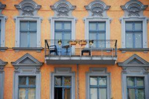 berlinerumschau-hausbau-italienischer-stil-altes-haus-berlin-orange-balkon