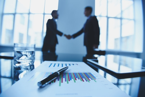 Geschäftsleute einigen sich über den Verkauf Ihres Amazon FBA Unternehmens.