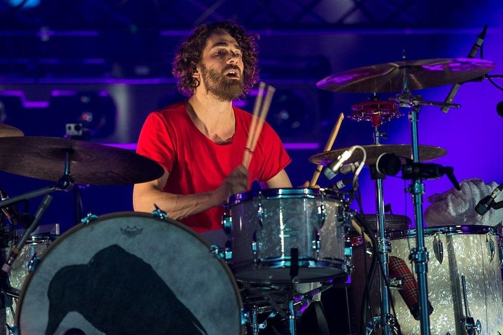 Andreas Nowak, der Schlagzeuger der Band Silbermond, während eines Auftritts an den Drums.