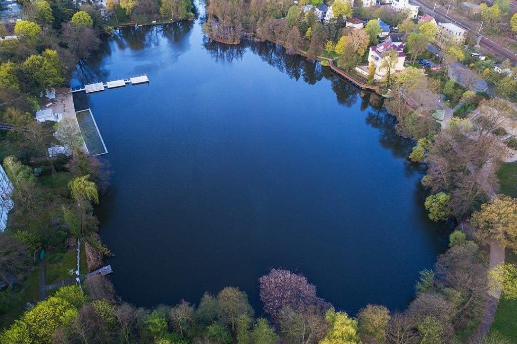 Blick von oben auf den Halensee in Wilmersdorf
