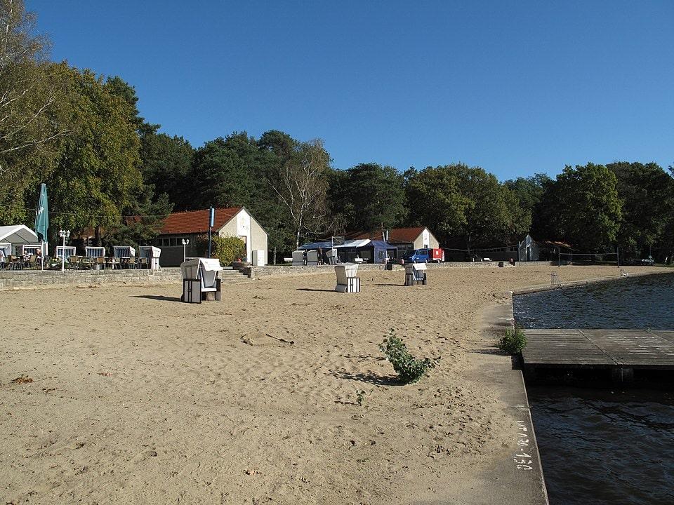 Blick auf Strand und Strandkörbe am Seebad Wendenschloss